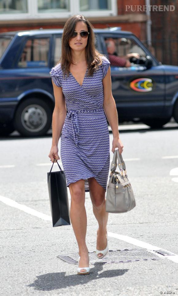 La belle brunette est resplendissante pour une simple sortie shopping.