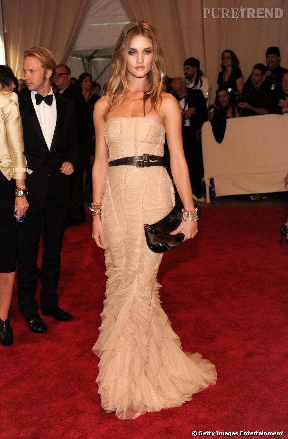 Rosie Huntington-Whiteley sublime dans sa robe fourreau Burberry lors du MET Ball 2010.