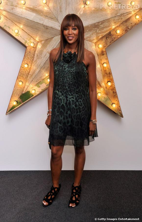 Naomi Campbell, assagie sur le red carpet de la soirée Net-à Porter pour D&G.