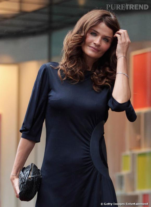 Une pochette noire tressée, chic et sobre, accompagne le look du mannequin, tout en douceur.