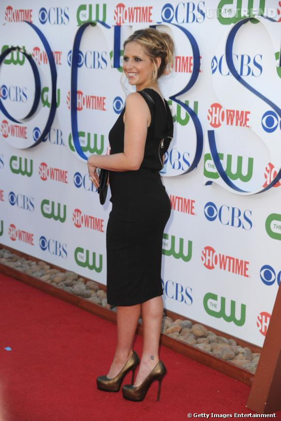 Sarah Michelle Gellar qui fête son retour à la télévision avec la série The Ringer à fait sensation en se juchant sur une paire de Tribtoo Yves Saint Laurent et en moulant sa silhouette dans une petite robe noire.