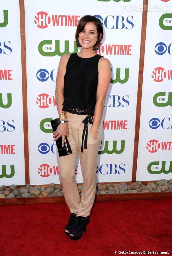 Point de robe pour Jessica Stroup de 90210 qui opte pour un carot pant beige et des accessoires noirs pour une allure pointue et un peu rock'n'roll.