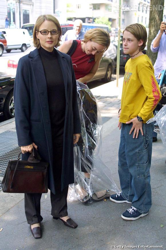 """Le flop look de rue : coupe garçonne, vêtements de surfeur et attention petit-détail-qui-tue : collier ras du cou, lorsque Kristen Stewart se rend sur le tournage de """"Panic Room"""" nous somme effectivement... paniquées."""