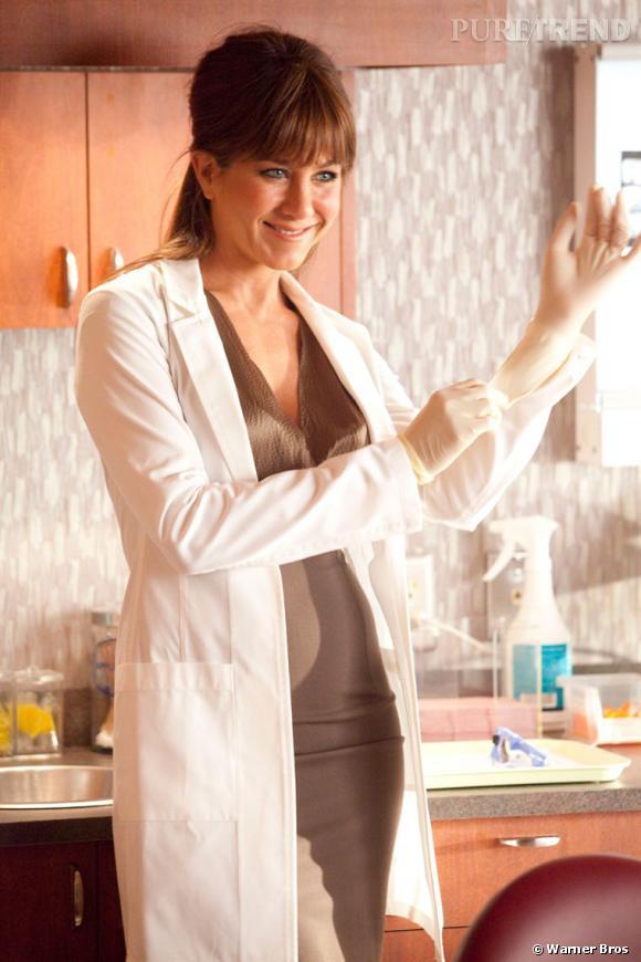 """Dans """"Comment tuer son boss"""", Jennifer Aniston joue les dentistes... nymphomane. Elle harcèle quotidiennement son assistant, au point de le rendre fou. Sexy à souhait, Jennifer version médecin est au sommet de son sex appeal."""