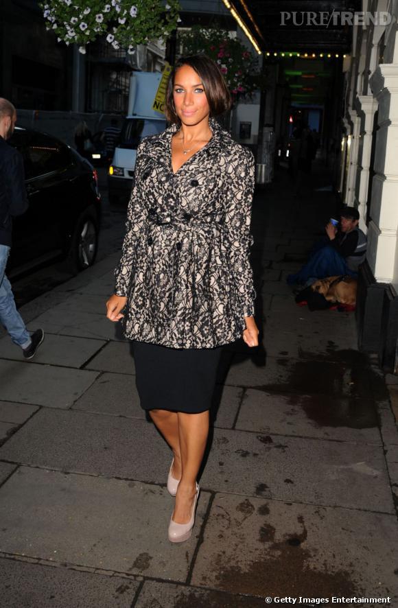 Leona s'affiche dans un style plus rétro avec une jupe midi et une veste cintrée.
