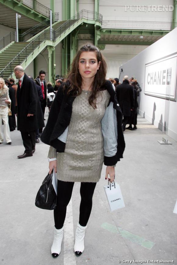 Très tôt, Charlotte se rend aux défilés Chanel. Chaussures plates de la  maison, elle porte une robe pull, pas vraiment chic pour  l'occasion.