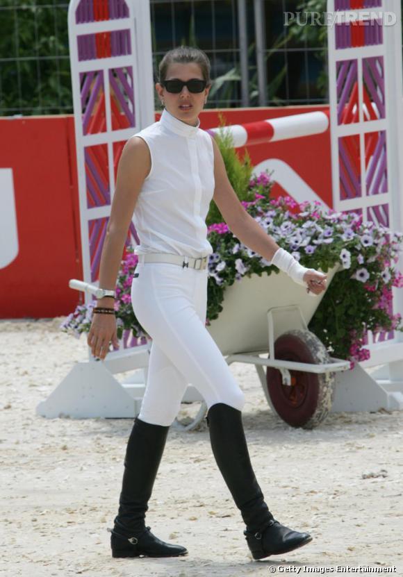 Quand elle n'est pas à un défilé ou en train de plancher sur un nouveau  magazine de mode, la belle s'adonne à l'équitation. Et même pour faire  du sport, elle reste très chic, en total look blanc, cavalières aux  pieds.