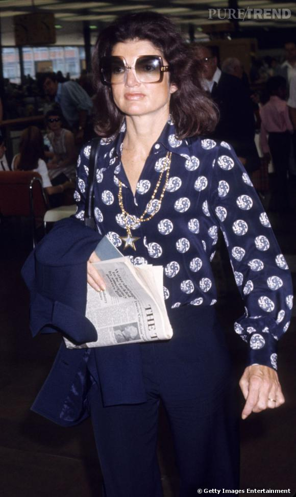 Lunettes immenses, blouse imprimée et pantalon évasé   Jackie Kennedy  réinvente les seventies avec brio 7418186d2da7