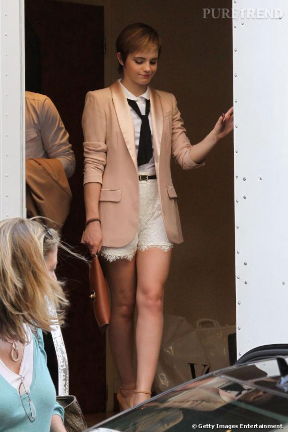 Véritable it-girl, la jolie Emma Watson joue les écolières avec chic. Elle associe la cravate au blazer poudré et au short taille haute. Chapeau.