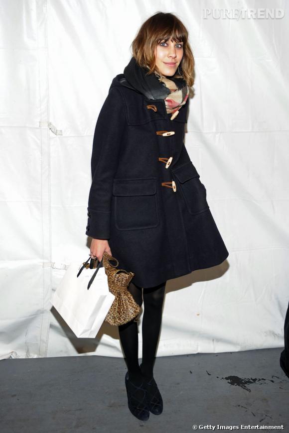 Le duffle coat est une pièce maîtresse pour un look idéal de bancs d'école. Fanatique des looks preppy, Alexa Chung est déjà accroc.