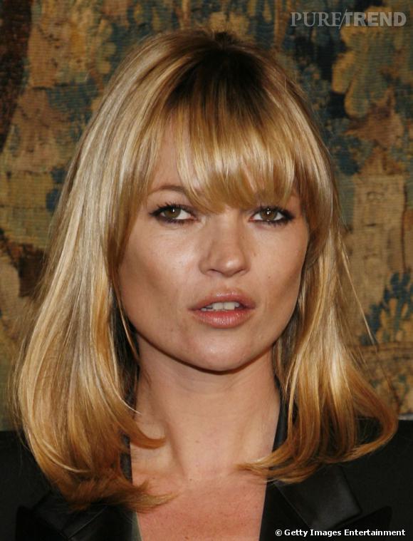 Kate Moss choisit d'habiller son visage carré d'une frange longue qui lui tombe sur les yeux. Une bonne façon de customiser son carré long classique.