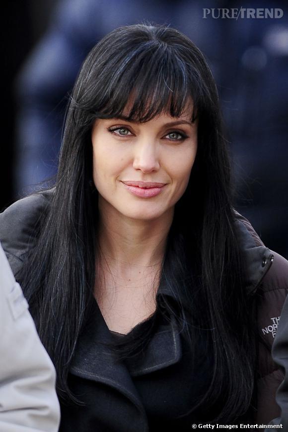 Le temps d'un film,  Angelina Jolie  porte la frange longue, droite et effilée.