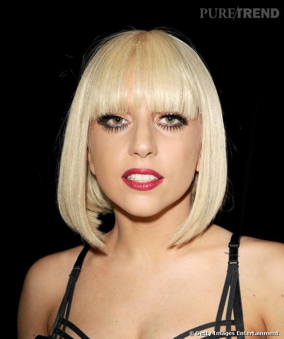 Parmi ses multiples essais capillaires, Lady Gaga a testé la frange droite, associée à un carré court façon Louise Brooks.