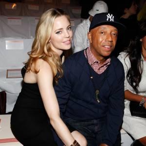 Melissa George minaude aux côtés de Russell Simmons chez Tommy Hilfiger.