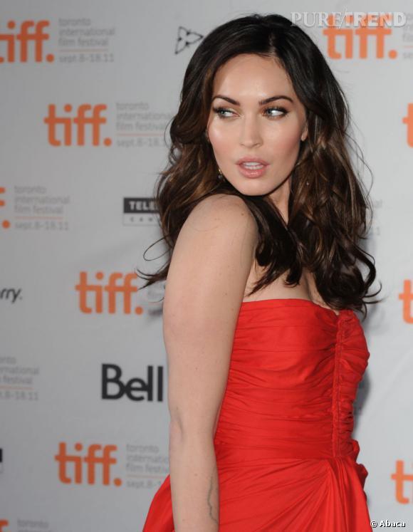 """Megan Fox à la première de """"Friends with Kids"""" au Festival du film de Toronto. La jeune femme joue les bombes séductrices avec une robe bustier rouge Thakoon."""