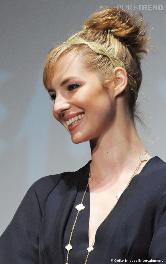 Comme  Louise Bourgoin , vous pouvez choisir un chignon de mariage haut d'inspiration danseuse. L'ex-miss météo y ajoute un hairband doré pour parfaire sa coiffure.