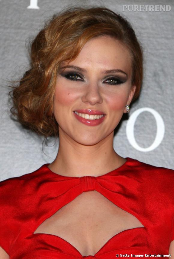 Scarlett Johansson adopte la tendance  side-hair  en portant son chignon bas sur le côté. Pour une coiffure romantique, pensez à faire onduler vos cheveux.