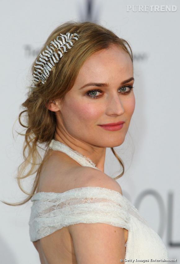 Diane Kruger est une pro du chignon flou et romantique. Pour un chignon de mariée parfait, misez comme elle sur les accessoires.