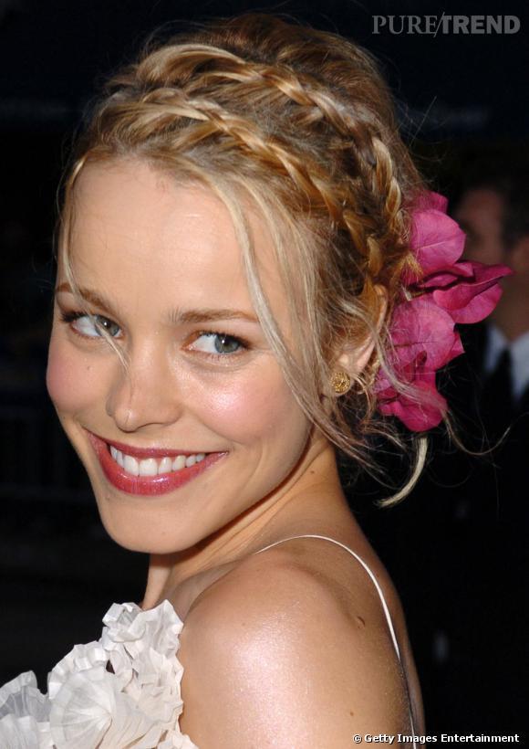 Ambiance romantique avec  Rachel McAdams  et son chignon mariage fleuri accessoirisé de deux tresses.