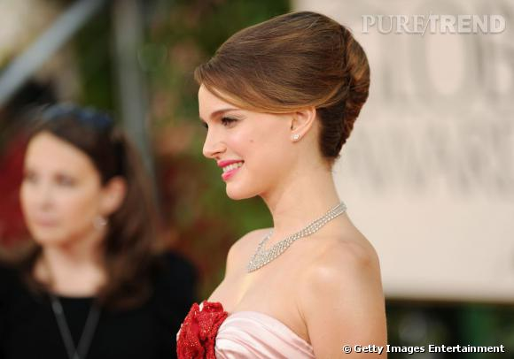 Natalie Portman se fait classe avec un chignon de mariée banane légèrement crêpé pour donner du volume à la coiffure.