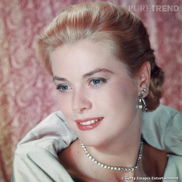 Tant qu'à se faire un look de star, autant copier les icônes glamour comme  Grace Kelly  et son chignon bas empreint d'élégance.