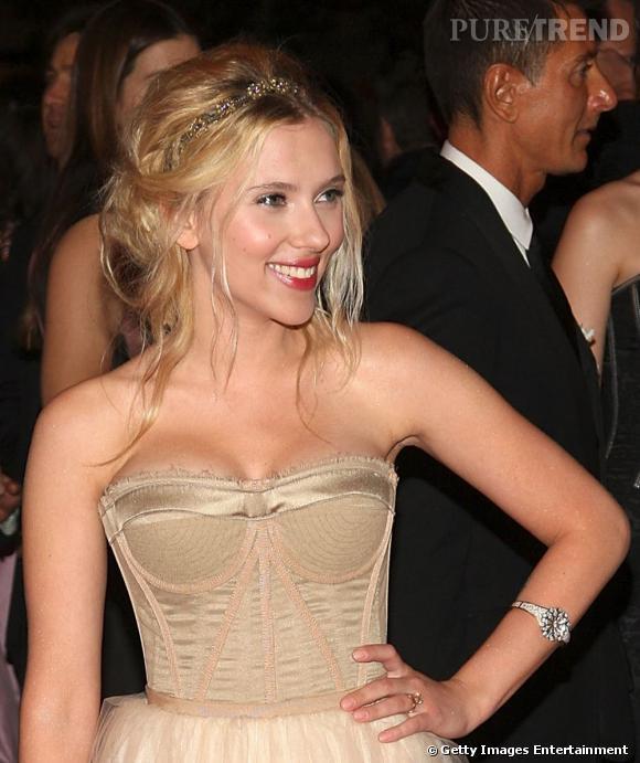 Scarlett Johansson se fait des allures de princesse avec un chignon un peu lâche et ondulé, décoré d'un headband doré. Le plus : les fines mèches qui s'échappent du chignon et qui donnent un côté faussement décoiffé.