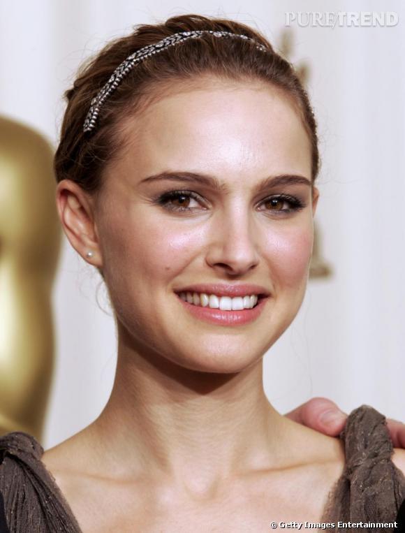 """Headband argenté, chignon de danseuse lisse : Natalie Portman a bien retenu les leçons de """"Black Swan"""". Copiez son chignon mariage pour une allure toute en grâce."""
