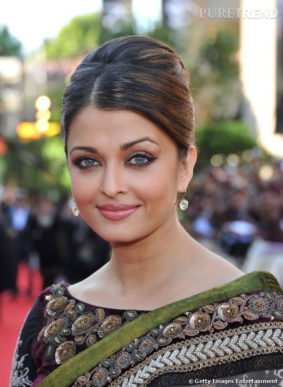 Aishwarya Rai  opte pour un chignon lisse classique et très élégant.