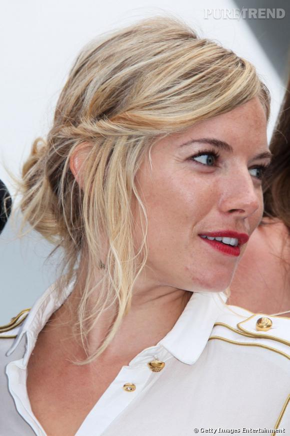 Marre des chignons de mariée trop guindés ? Optez pour le naturel avec un chignon lisse dont s'échappent quelques mèches pour une touche de romantisme, comme  Sienna Miller .