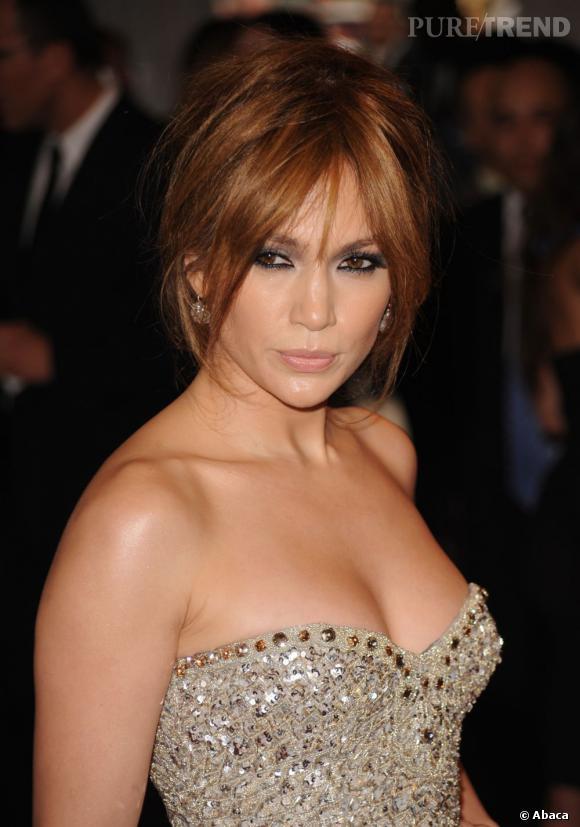 Suivez la tendance et choisissez un chignon coiffé-décoiffé. Jennifer Lopez l'a adopté à sa sauce, y ajoutant deux mèches libres pour encadrer son visage.