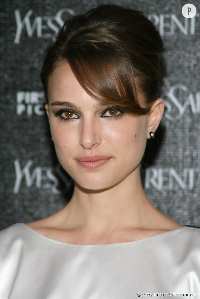 natalie portman mise sur le chic d 39 un chignon fa on audrey hepburn impeccablement liss et pour. Black Bedroom Furniture Sets. Home Design Ideas