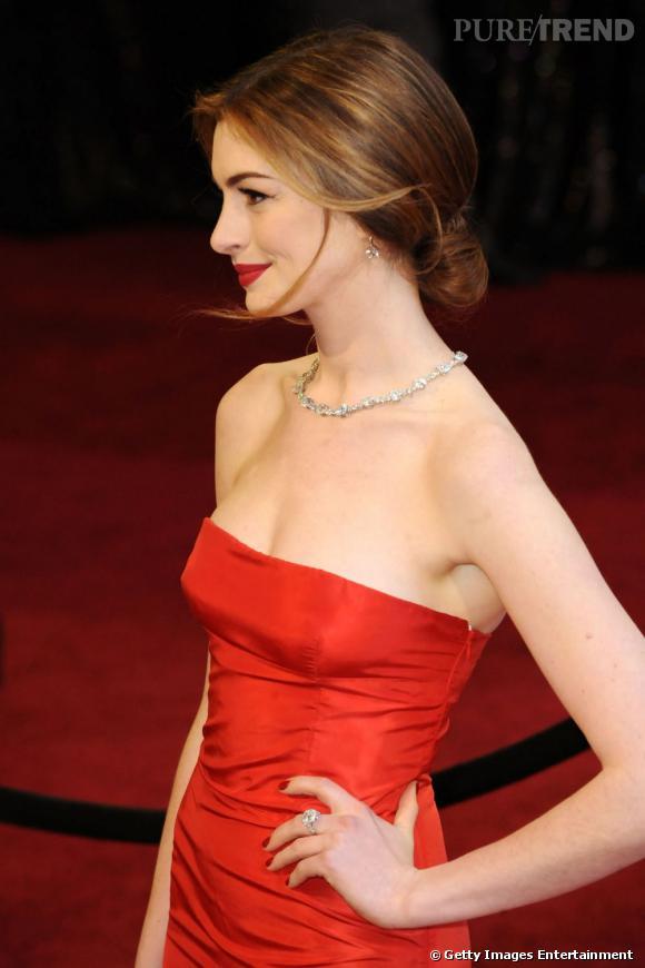 Pour les oscars,  Anne Hathaway  mise sur un chignon bas et bien lissé. Une coiffure à copier pour un mariage chic.