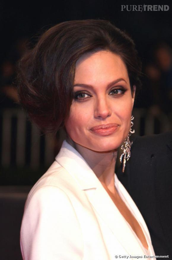 Envie d'une allure rétro ? Optez pour un chignon mariage au volume XXL comme  Angelina Jolie .