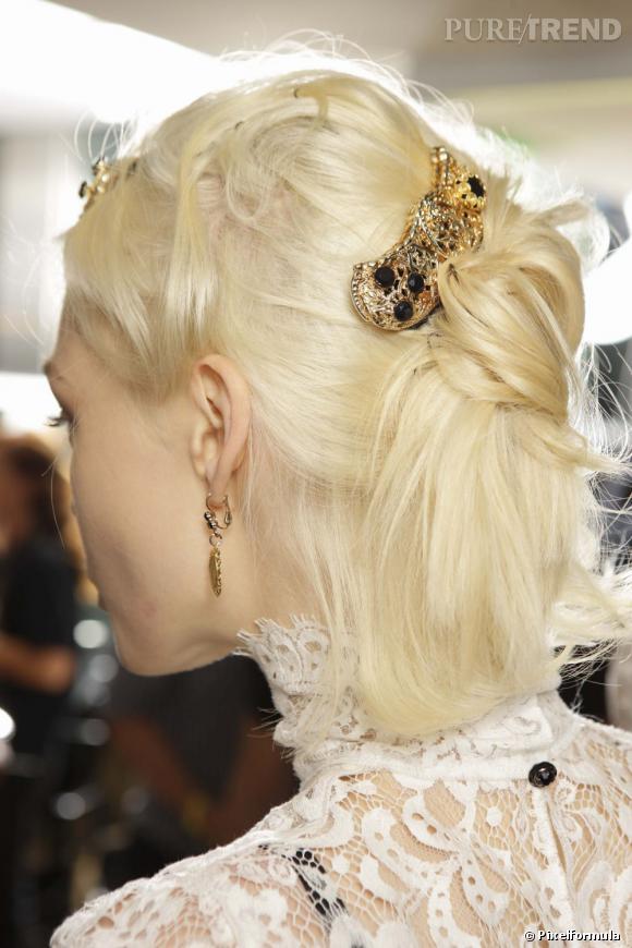 Un chignon mariage réussi rime avec accessoires bien choisis. Tel un bijou, ce chignon ci se pare d'or pour vous sublimer le jour J.