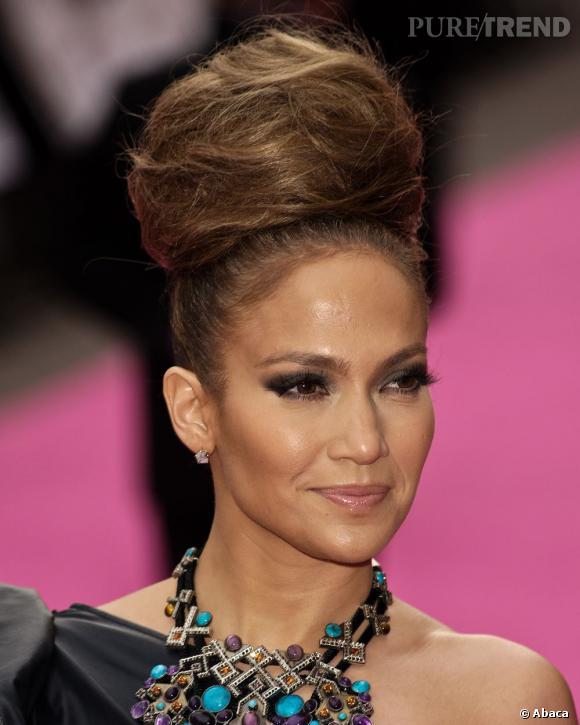 Le volume ne vous fait pas peur ? Vous voulez un chignon mariage qui impressionne et ne passe pas inaperçu ? Suivez l'exemple de Jennifer Lopez et de son chignon crêpé. A réserver aux audacieuses.