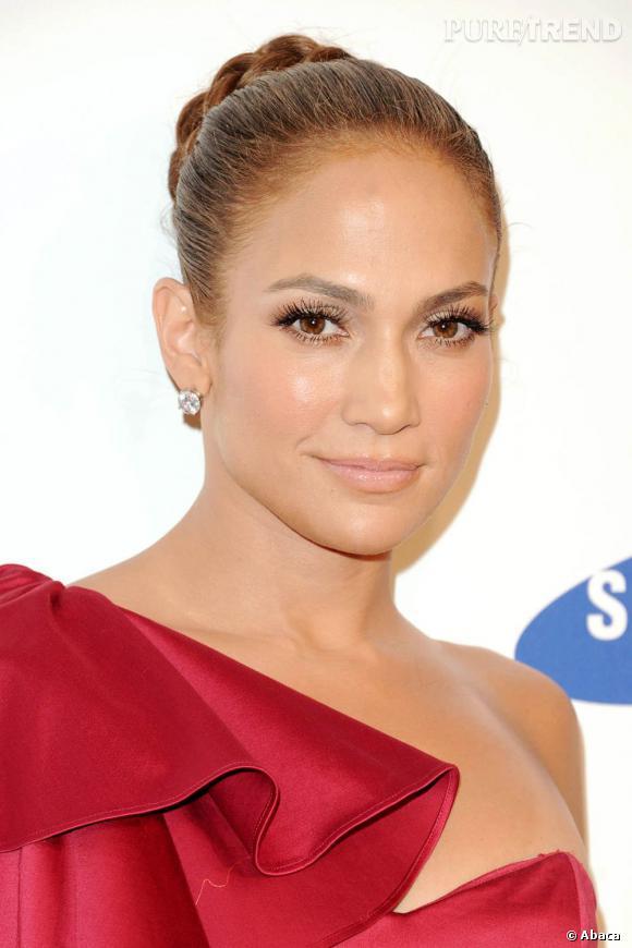 Jennifer Lopez  est une adepte du chignon ultra-lisse. La touche glamour en plus : la tresse qui vient entourer les cheveux pour un chignon boule revisité.