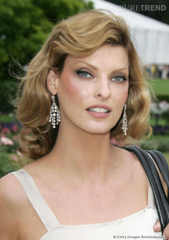 Coiffez votre carr long de belles boucles comme linda evangelista pour une c - Teinture pour metisse ...