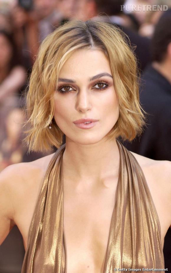 Pour un style coiffé-décoiffé, copiez la coiffure mariage cheveux courts de Keira Knightley. Au menu : carré au menton et légères ondulations.