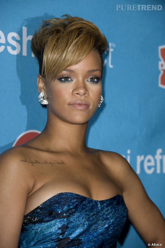 Si la tendance rock vous titille, penchez plutôt pour une coiffure de mariée originale inspirée de  Rihanna . Cette dernière porte une coupe courte et une large mèche qui habille son visage.