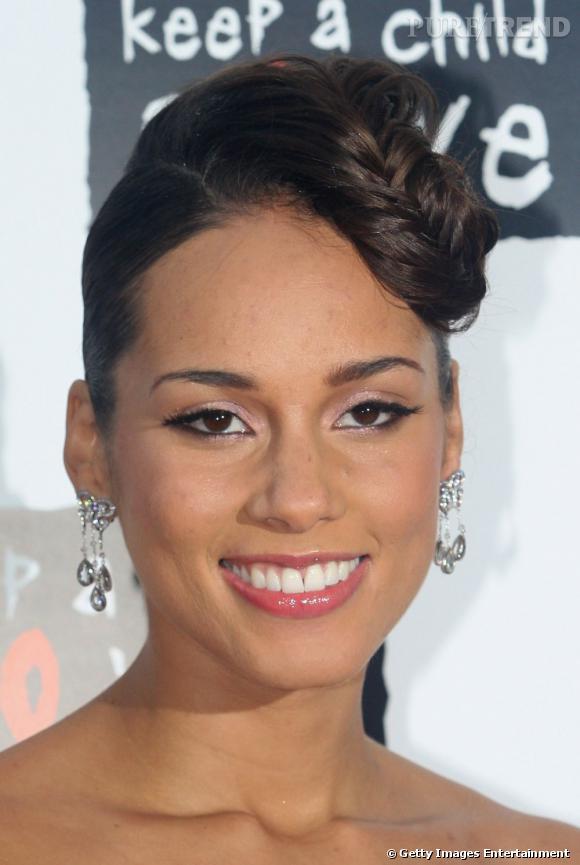 Qui a dit que le chignon était trop classique ? Sûrement pas  Alicia Keys  qui opte pour un chignon original agrémenté d'une longue tresse plaquée sur sa chevelure.