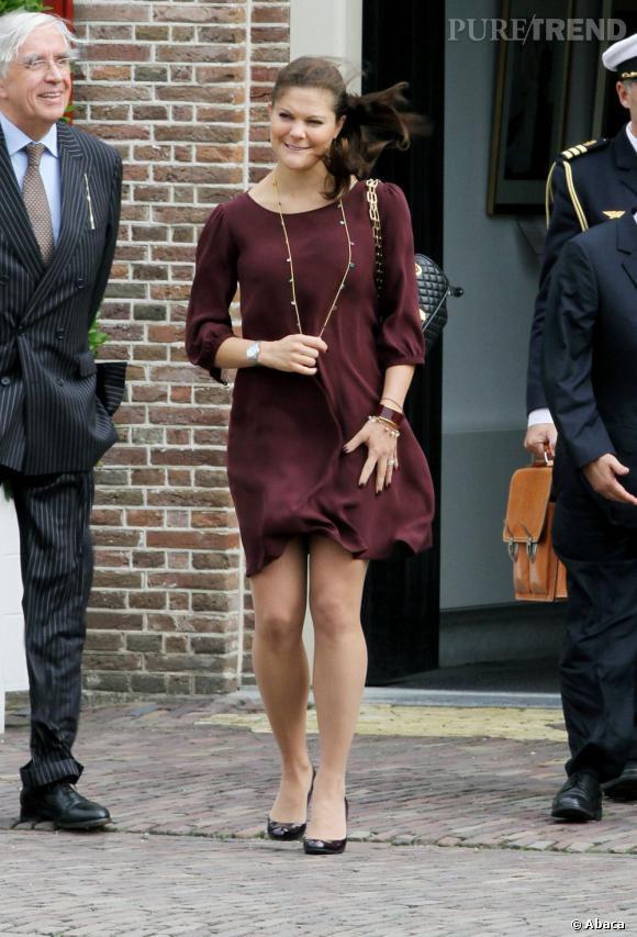 La jeune femme mise sur une robe bordeaux, tendance phare de la rentrée,  qu\u0027elle accessoirise avec style.
