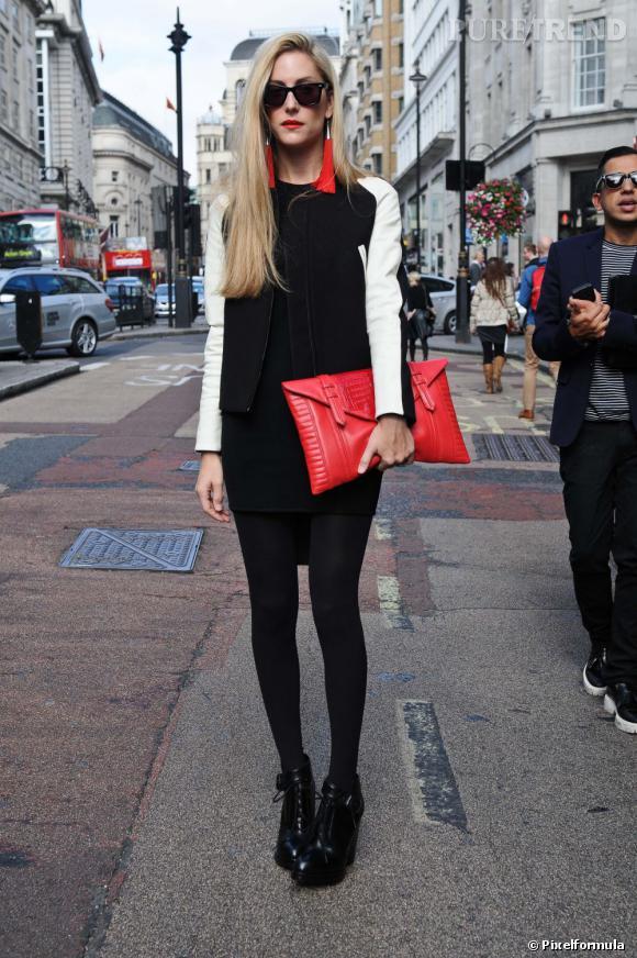 Ce qu'on lui pique : sa maxi pochette rouge assortie à ses pendants d'oreillles, qui détonnent sur sa petite robe noire.