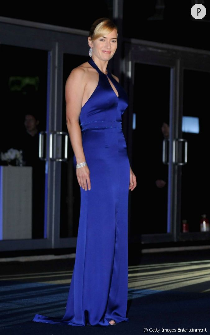 dans sa longue robe en satin bleu nuit l 39 actrice s 39 offre des allures de femme fatale. Black Bedroom Furniture Sets. Home Design Ideas