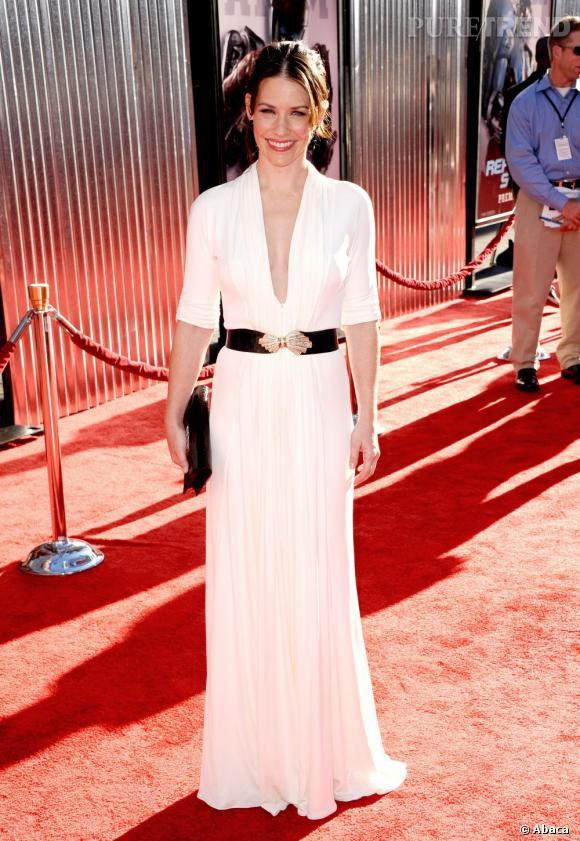 Evangeline Lilly mise sur un décolleté ultra-fendu pour séduire sur red carpet.
