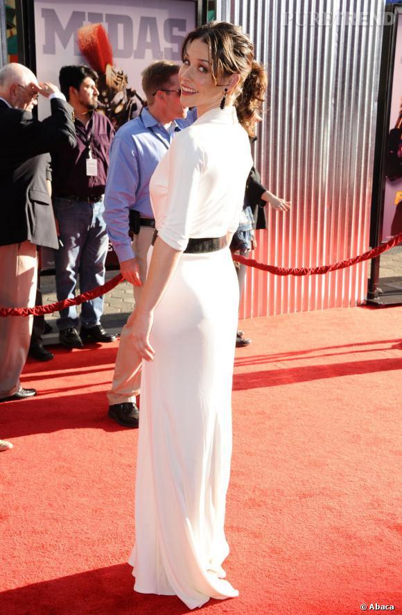 L'actrice porte une robe blanche qui flatte sa silhouette de rêve.