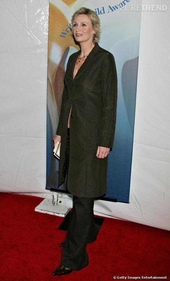 En 2006 :    L'actrice mixe pantalon trop long et veste trop couvrante. Le must, les escarpins pointus façon paquebot.