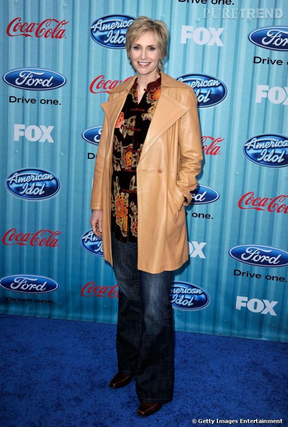 En 2009 :    Jane dégaine sa veste en cuir camel et sa chemise à fleurs, un supplice tout droit ressorti des 70's.