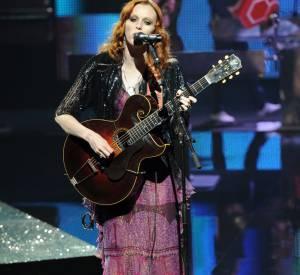 """Depuis, le top a un peu déserté les podiums pour se concentrer sur sa carrière musicale. En 2010 elle sort son premier album solo """"The ghost who walks"""" produit par son ex-mari Jack White des White Stripes."""