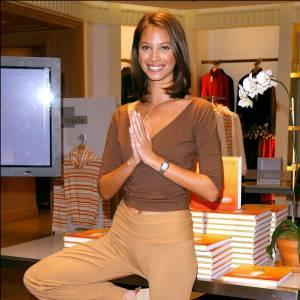 Depuis, le joli top est à fond dans le yoga entre bouquins et collections de vêtements.