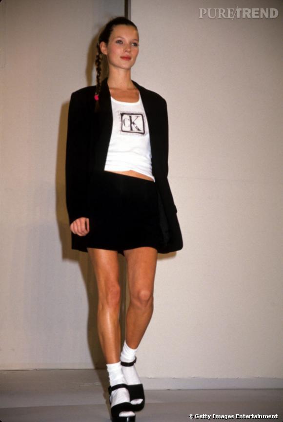 À ses débuts dans les années 90, Kate Moss surnommée la Brindille révolutionne le monde de la mode et des tops.